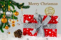 Weihnachtsgeschenk am Weihnachtsbaum Stockfotos