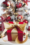 Weihnachtsgeschenkabschluß herauf Weihnachtsbaum im Hintergrund Stockfotografie