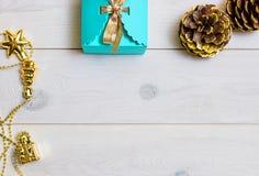Weihnachtsgeschenkblau auf einem weißen hölzernen Hintergrund Lizenzfreie Stockfotos