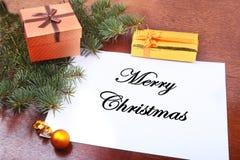 Weihnachtsgeschenkbox auf einem hölzernen Desktop mit Buchstaben für Kopienraum Stockbild
