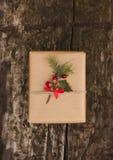 Weihnachtsgeschenkbox auf hölzernem Hintergrund lizenzfreie stockbilder