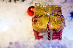 Weihnachtsgeschenkbox im Schnee Stockbild