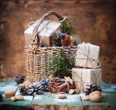 Weihnachtsgeschenkbox-Korb-Kiefern-Kegel-Walnuss getont Lizenzfreie Stockfotos