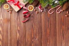 Weihnachtsgeschenkbox, Lebensmitteldekor und Baumast Stockfoto