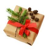 Weihnachtsgeschenkbox mit Bandbogen, dem Tannenbaumzweig und kleinem Kegel Stockfoto