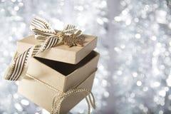 Weihnachtsgeschenkbox mit goldenem Stern Stockfotos