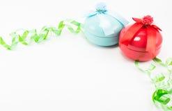 Weihnachtsgeschenkbox mit grünem Band auf weißem Hintergrund Lizenzfreie Stockfotos