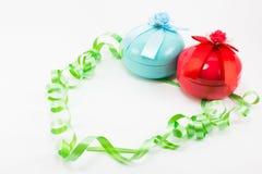 Weihnachtsgeschenkbox mit grünem Band auf weißem Hintergrund Stockfotografie