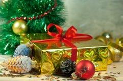 WeihnachtsGeschenkbox mit Kiefernkegeln und -kugeln Stockfoto
