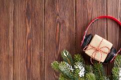 Weihnachtsgeschenkbox mit Kopfhörern und Baumast Lizenzfreie Stockfotografie
