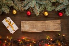 Weihnachtsgeschenkbox und -dekorationen auf hölzernem Hintergrund kopieren Badekurort Stockfoto