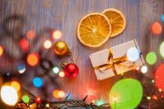 Weihnachtsgeschenkbox und -dekorationen auf hölzernem Hintergrund kopieren Badekurort Lizenzfreie Stockbilder