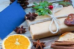 Weihnachtsgeschenkbox und leere Grußkarte Lizenzfreie Stockfotografie