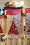 Weihnachtsgeschenkbox verziert mit rotem Weihnachtsbaum mit Goldfunkeln Stockbild