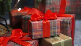 Weihnachtsgeschenkbox, Weihnachtsball auf Glühen bokeh beleuchtet Hintergrund stock video