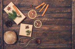 Weihnachtsgeschenkbox, Zimtstangen, Anis, orange Scheiben, fer t Stockfoto