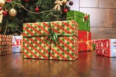 Weihnachtsgeschenkboxen über hölzernem Hintergrund thr Neues Jahr des Konzeptes 2017 Lizenzfreie Stockbilder