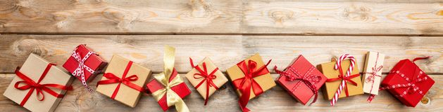 Weihnachtsgeschenkboxen auf hölzernem Hintergrund, Fahne, Kopienraum, Draufsicht lizenzfreie stockfotografie