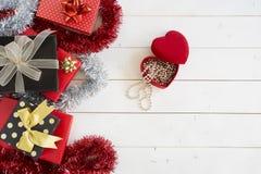 Weihnachtsgeschenkboxen auf Holztisch Lizenzfreies Stockbild