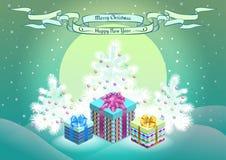 Weihnachtsgeschenkboxen auf schneebedecktem Waldhintergrund Stockfoto