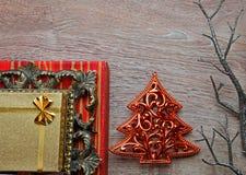 Weihnachtsgeschenkboxen auf verzierter Tabelle Lizenzfreie Stockbilder