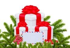 Weihnachtsgeschenkboxen, Dekorations-Bälle und Weihnachtsbaumast Stockbild