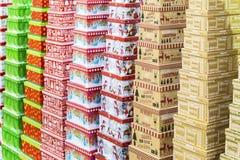 Weihnachtsgeschenkboxen, die in den Reihen stehen Stockfoto