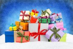 Weihnachtsgeschenkboxen im Schnee Stockfoto