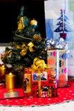 Weihnachtsgeschenkboxen mit Dekoration Stockfoto