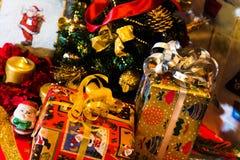 Weihnachtsgeschenkboxen mit Dekoration Stockbilder