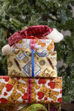 Weihnachtsgeschenkboxen mit Dekorationen Lizenzfreies Stockfoto