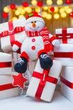 Weihnachtsgeschenkboxen mit roten Bandbögen Stockfoto