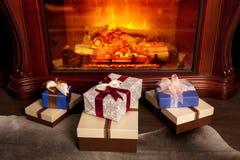 Weihnachtsgeschenkboxen nähern sich Kamin Stockbild