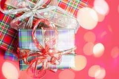 Weihnachtsgeschenkboxen am roten Hintergrund Lizenzfreies Stockbild