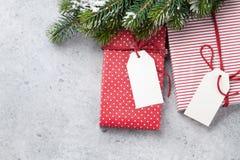 Weihnachtsgeschenkboxen und Tannenbaum stockfotos