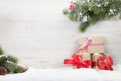 Weihnachtsgeschenkboxen und Tannenbaumast stockfotografie