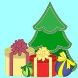 Weihnachtsgeschenkboxen und Weihnachtsbaum Stockbild