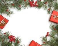 Weihnachtsgeschenkboxen verziert mit Kraftpapier- und Weißschneeflocken auf Draufsicht des roten Hintergrundes Grußkarte der froh stockbilder