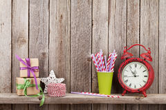 Weihnachtsgeschenkboxen, Wecker und Lebensmitteldekor stockfotografie