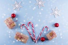 Weihnachtsgeschenkboxsammlung mit Dekorationen und und Zuckerstange, für Spott herauf Schablonenentwurf Ansicht von oben lizenzfreie stockfotos