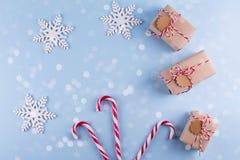 Weihnachtsgeschenkboxsammlung mit Dekorationen und und Zuckerstange, für Spott herauf Schablonenentwurf Ansicht von oben stockbild