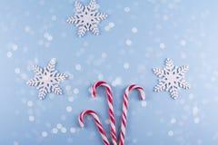 Weihnachtsgeschenkboxsammlung mit Dekorationen und und Zuckerstange, für Spott herauf Schablonenentwurf Ansicht von oben stockbilder