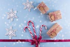 Weihnachtsgeschenkboxsammlung mit Dekorationen und und Zuckerstange, für Spott herauf Schablonenentwurf Ansicht von oben stockfotos