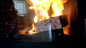 Weihnachtsgeschenkboxverbrennung im Kamin Heißer Flammenplatz stock video footage
