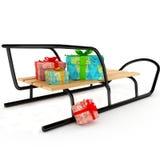 Weihnachtsgeschenke auf einem hölzernen Schlitten über Weiß Stockfoto