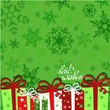Weihnachtsgeschenke auf grünem nahtlosem Schneeflockenmuster Grußkarte mit Mitteilungsbesten wünschen Stockfotos