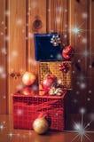 Weihnachtsgeschenke auf hölzernem Hintergrund Abbildung der roten Lilie Stockfotografie