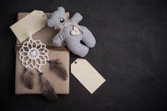 Weihnachtsgeschenke auf konkretem Hintergrund stockfoto