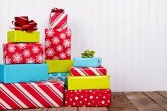 Weihnachtsgeschenke auf rustikaler hölzerner Planke Stockfotografie