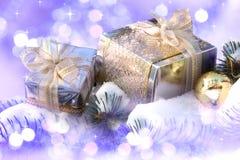 Weihnachtsgeschenke auf Schnee Lizenzfreie Stockfotos